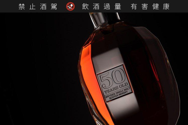 格蘭路思50年珍稀水晶瓶以手工悉心打造。 圖/摘自格蘭路思官網。 提醒您:禁止酒...