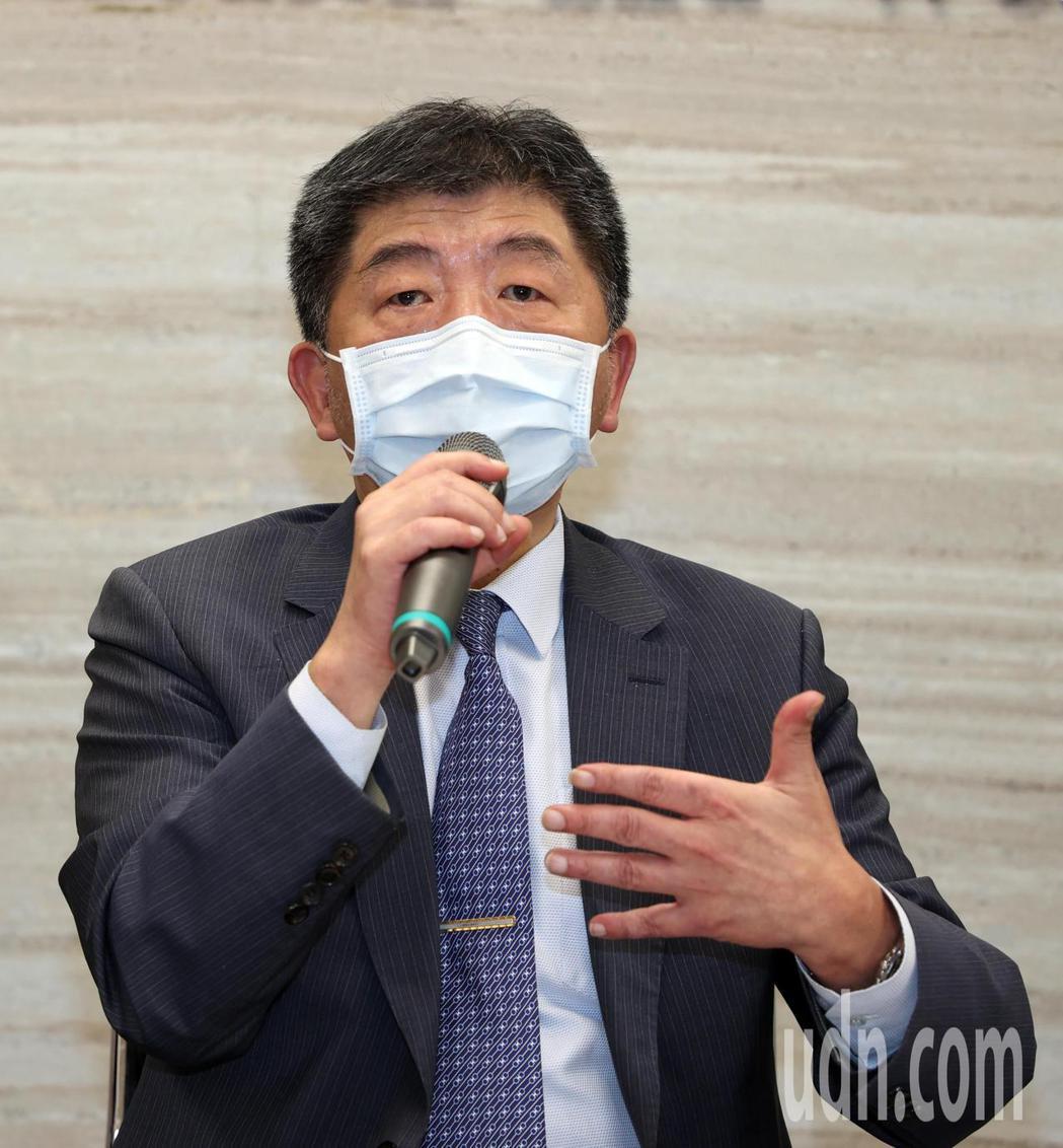 衛福部長陳時中(中)透露「小秘密」,確實計畫把手臂留給國產疫苗臨床試驗。不料健檢...