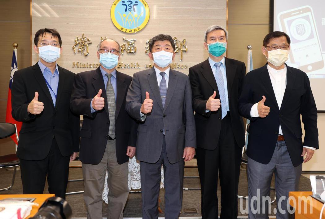 衛福部長陳時中(中)出席國衛院Podcast頻道推出「COVID-19疫苗大小事...