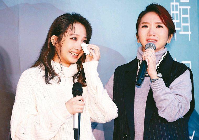 朱俐靜(左)發片記者會自爆罹患乳癌,主持人陶晶瑩聽聞也心疼哽咽。記者杜建重╱...