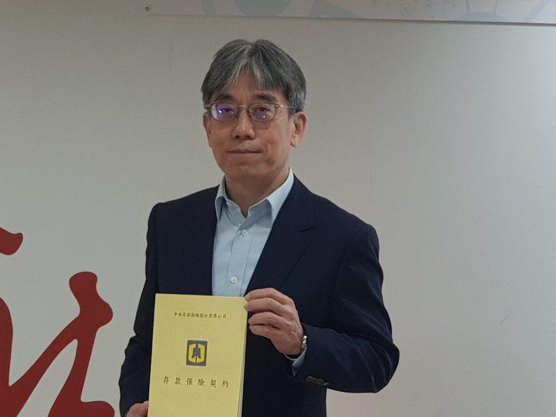 LINE Bank最快4月下旬開業,總經理黃以孟今出席與存保公司簽約的儀式。記者戴瑞瑤/攝影。