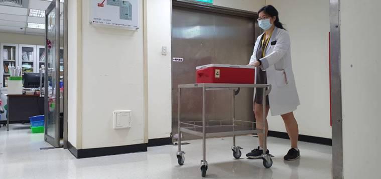 AZ疫苗今天送達林口長庚醫院,可提供1500位醫護人員施打。圖/林口長庚醫院提供