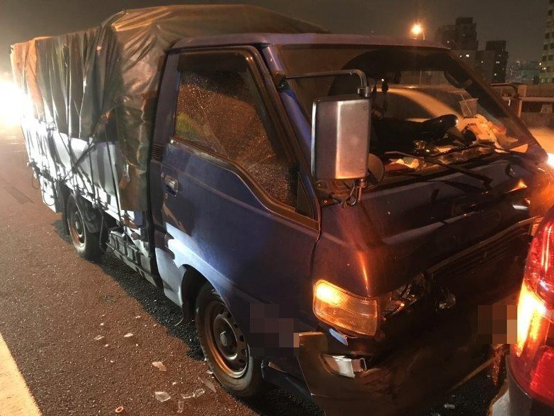 昨天下班時段在國道1號汐五高架南向27公里三重路段,國道警方獲報2輛汽車發生事故...