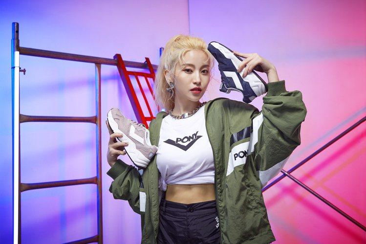 PONY品牌大使蔡瑞雪演繹所穿的Modern3電光鞋定價2,780元,搭配限定活...