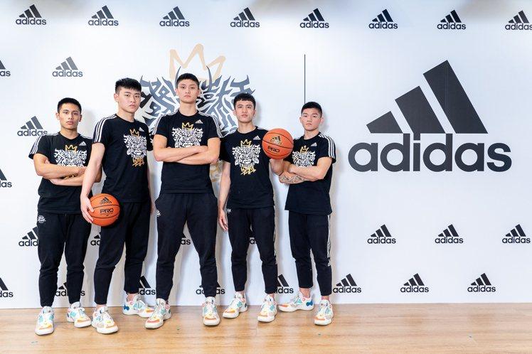 泰山高中球員身穿帶有「冠軍LOGO」的T恤。圖/adidas提供