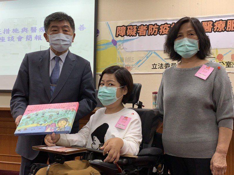 30歲左右的罕病患者汪雪真(中)感謝衛福部長陳時中(左)先前接受陳情後,隔天馬上給予回覆,她今畫了陳時中的畫作,與媽媽(右)一起贈送給陳時中。記者陳雨鑫/攝影