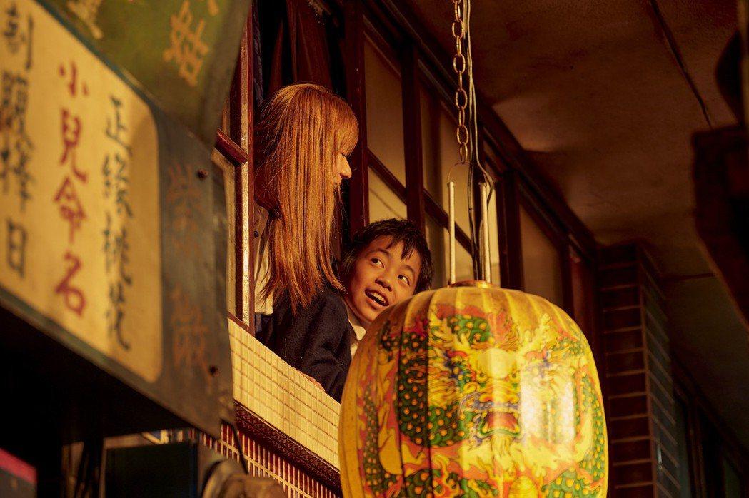 李奕樵(右)在「天橋上的魔術師」中,默默陪伴遭霸凌的偉莉莎。圖/公視、myVid