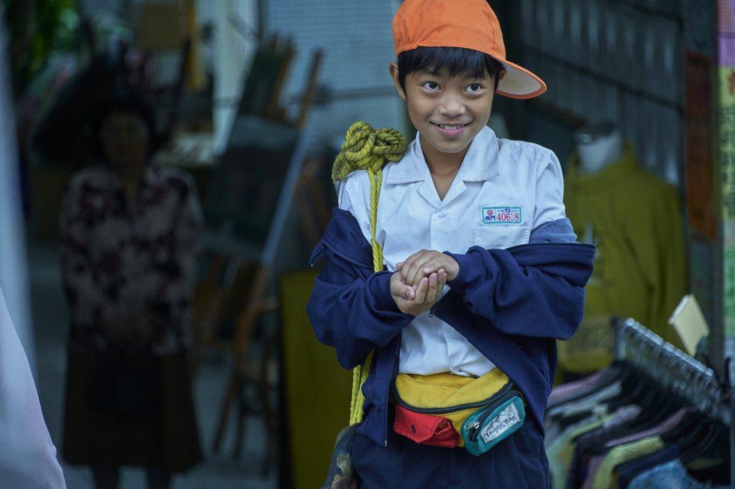 李奕樵在「天橋上的魔術師」中飾演皮鞋店的小兒子,一鏡完成高難度戲,逼出現場工作人員眼淚。 圖/公視、myVideo提供