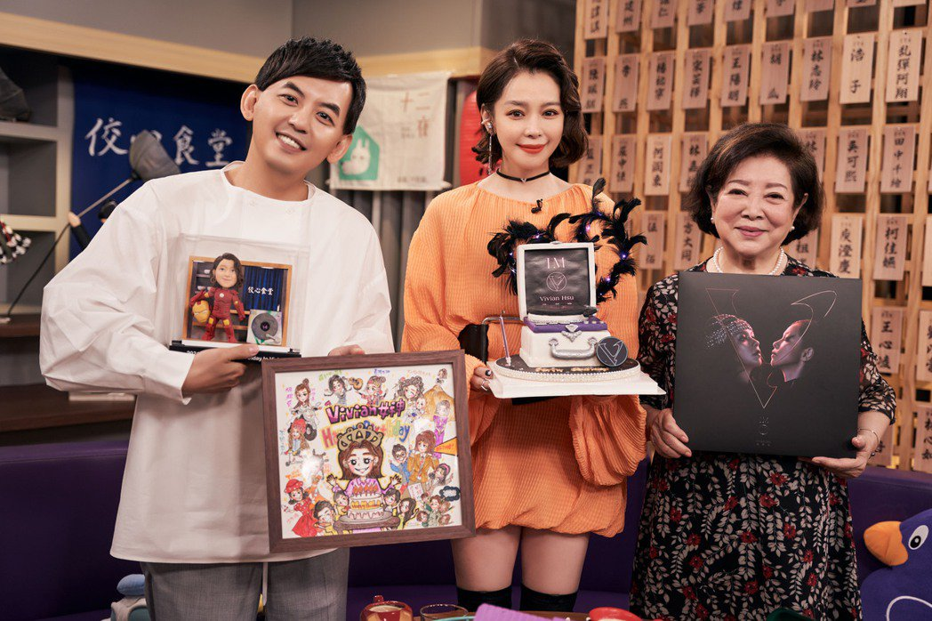 徐若瑄(中)今於工作中度過46歲生日,好友黃子佼(左起)、淑芳阿姨陪慶生。圖/索...