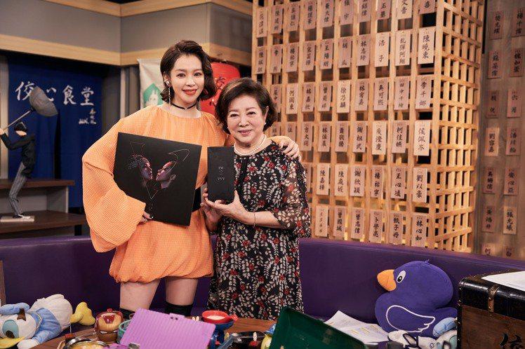 徐若瑄在電影「孤味」中飾演媽媽的淑芳阿姨特別驚喜現身陪慶生。圖/索尼音樂提供