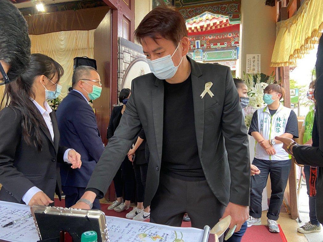 郭亞棠父親離世,倪齊民到公祭會場致意。圖/民視提供