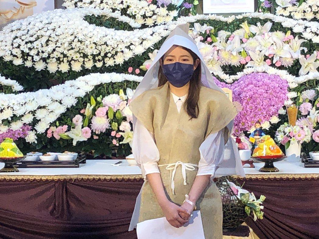 郭亞棠身為獨生女,堅強淚送父親最後一程。圖/民視提供