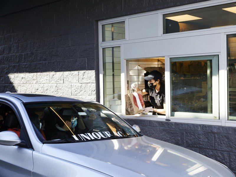 紐約布魯克林奇波雷門市一名顧客從得來速窗口取餐。紐約時報