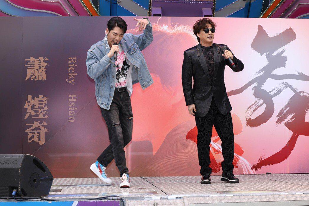 蕭煌奇(右)與黃昺翔合唱新歌「舞台」。記者沈昱嘉/攝影