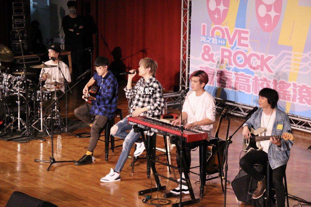 八三夭今前進鳳新高中舉辦「高校音樂巡迴講座」,開唱又開講。圖/袁永興提供