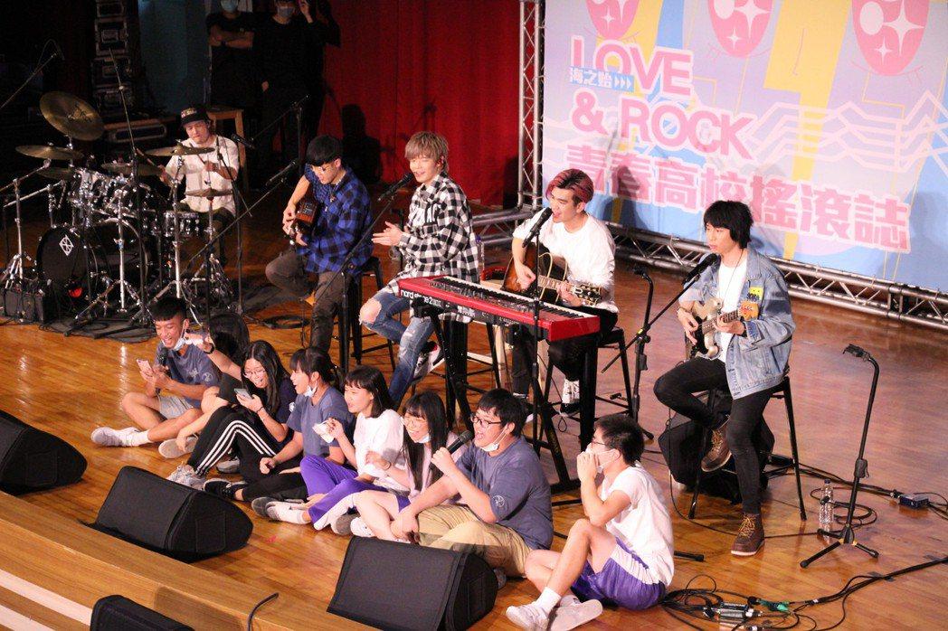 八三夭今前進鳳新高中開講,以unplugged形式表演、分享每首歌曲的創作心情與...