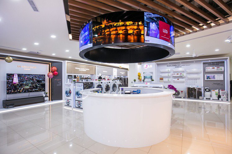 LG桃園品牌旗艦店以LG OLED Signage商用面板打造整體空間中最亮眼的...