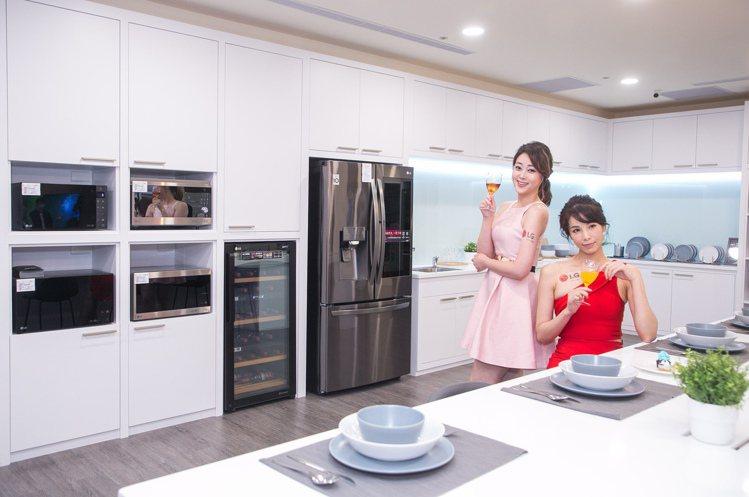 LG桃園品牌旗艦店二樓廚電展示區以開放式廚房結合首次呈現的中島空間,未來也將提供...