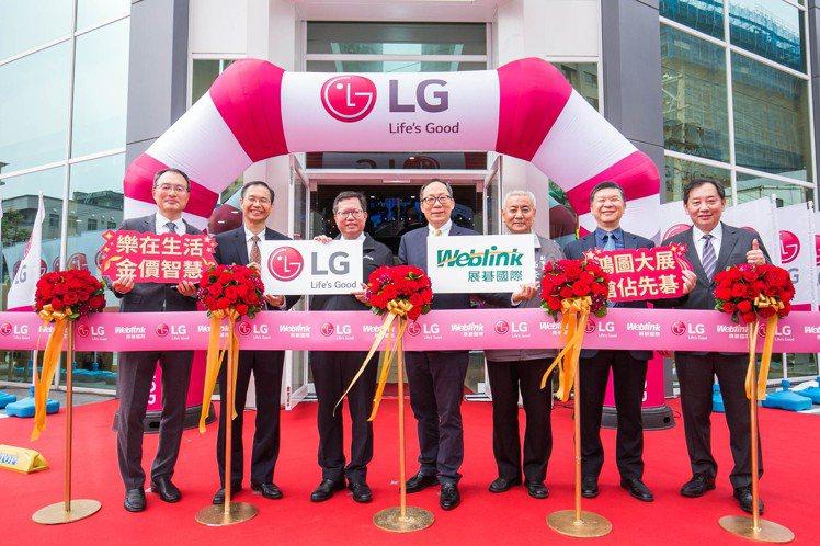 LG桃園品牌旗艦店正式開幕,(左起)台灣LG電子董事長宋益煥、駐台北韓國代表部代...