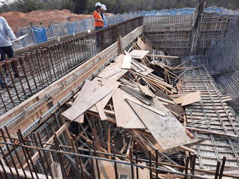 開瑄國小校舍新建工程驚傳在施工時,模板意外倒塌,所幸無人傷亡,但此案也引起各界高度重視。 圖/縣府提供