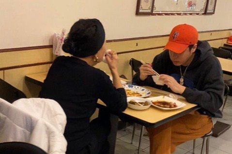 偶像男星周湯豪以一首「帥到分手」走紅,在兩岸都有商演,估計年收入近千萬,但私下的他和母親資深藝人比莉作風卻很平民,本報讀者直擊,母子兩人在平民小吃店解決五臟廟,母子相對而坐吃著台灣小吃,幸福的滋味比...