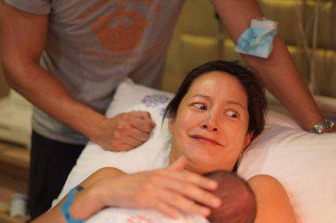 藝人Janet謝怡芬與老公George結婚6年,今年2月底生下第二胎男寶Dylan,正苦思兒子中文名時,19日她曬出一張Dylan躺在嬰兒床的照片,沒想到背後的名牌,5個斗大的中文字,引發網友熱議,...