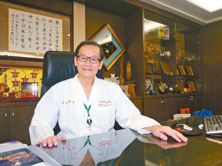 高雄義大醫院院長杜元坤是骨科權威,許多中北部病患專程南下看病。記者徐白櫻/攝影