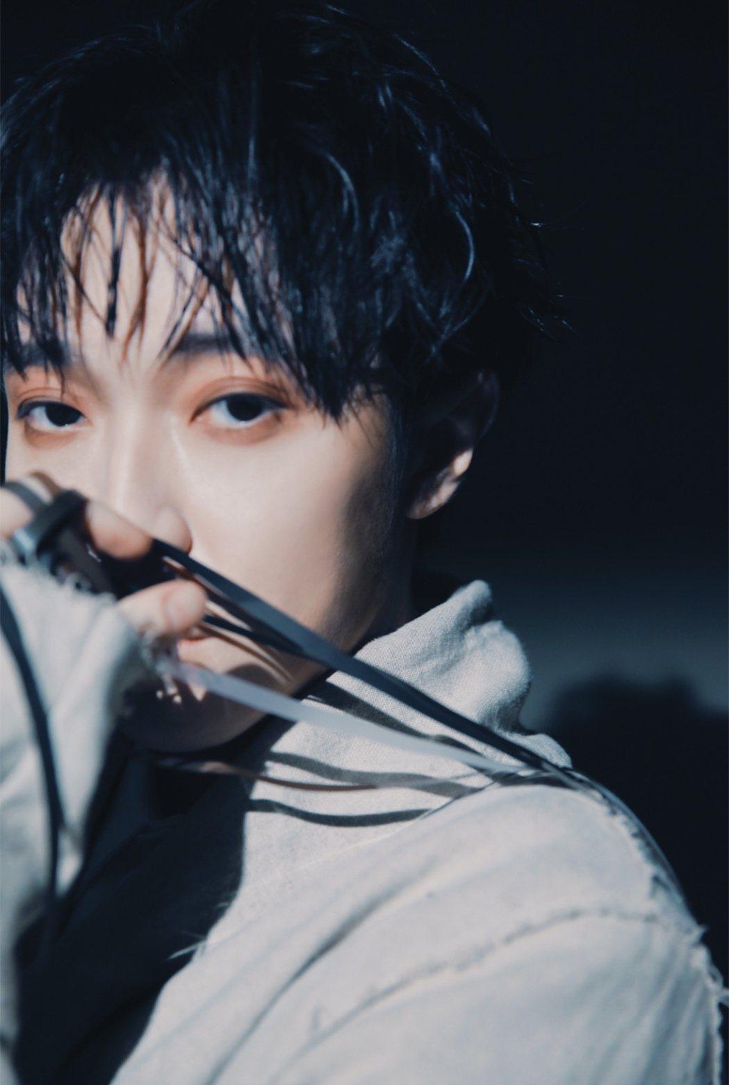 青峰「上下冊」演唱會藍光概念選輯,因預購爆料導致延期發行。圖/環球提供