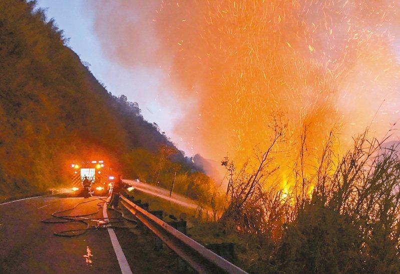 嘉義縣阿里山森林火警地形陡峭,加上長期乾旱,滅火困難,火勢延燒逾一天。記者魯永明/翻攝