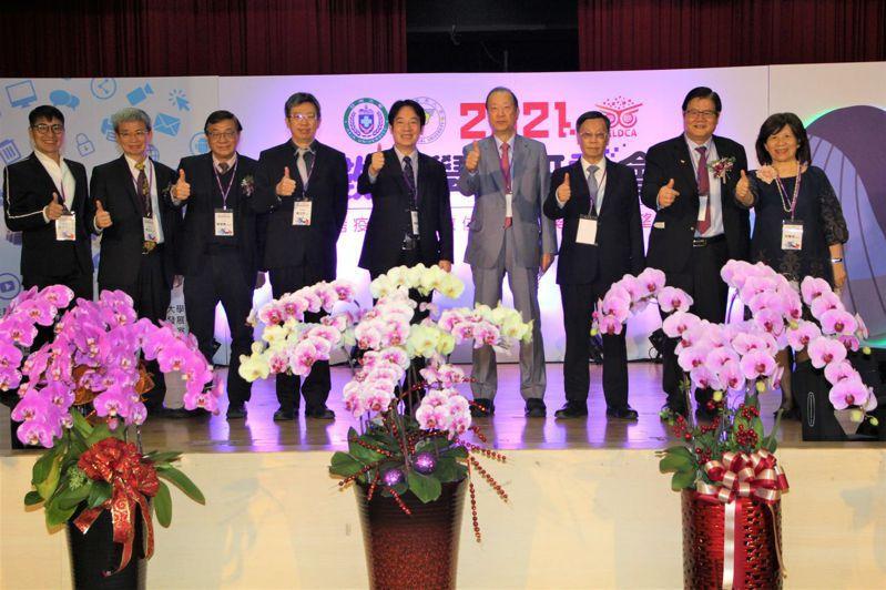 中亞聯大「數位學習研討會」昨登場,副總統賴清德(左五)、中亞聯大董事長蔡長海(右四)與在場學者專家合影。圖/亞洲大學提供
