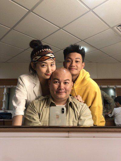 劉亮佐(中)曾帶兒子銓銓演出舞台劇,趙小僑(左)當最強後盾。圖/修毅提供