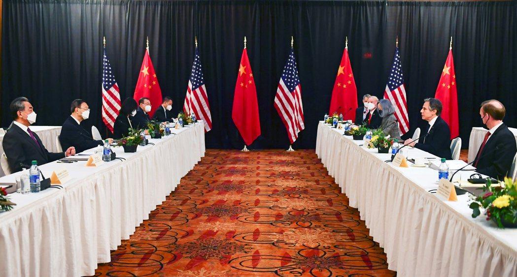 美國和中國大陸舉行拜登政府上台以來的首次高層面對面對話便針鋒相對。路透