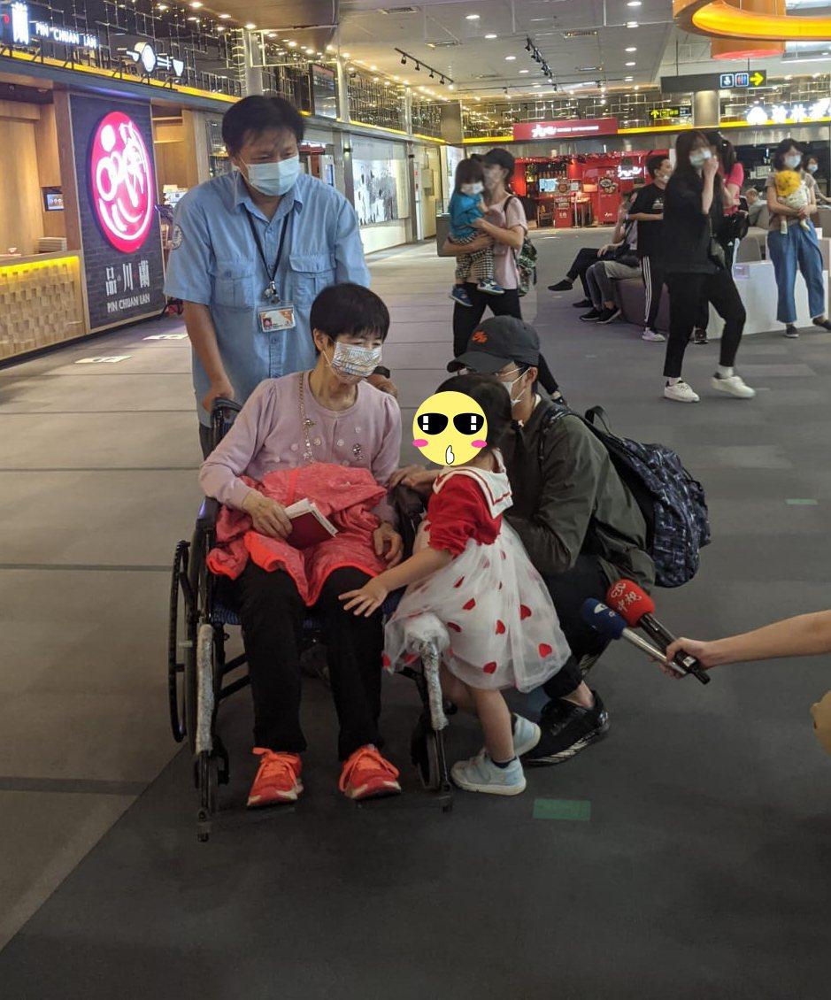 福原愛的媽媽福原千代(中)今天坐著輪椅現身松山機場,孫女小小愛與女婿江宏傑陪伴在...