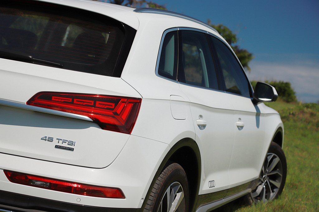 原Audi Q5車側運動感強烈的肩線,在小改款作業上並無變動。 記者張振群/攝影
