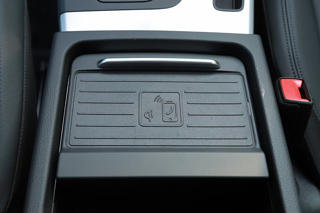 MIB 3車載資訊系統不僅支援無線Apple CarPlay連接,中央扶手內還配...