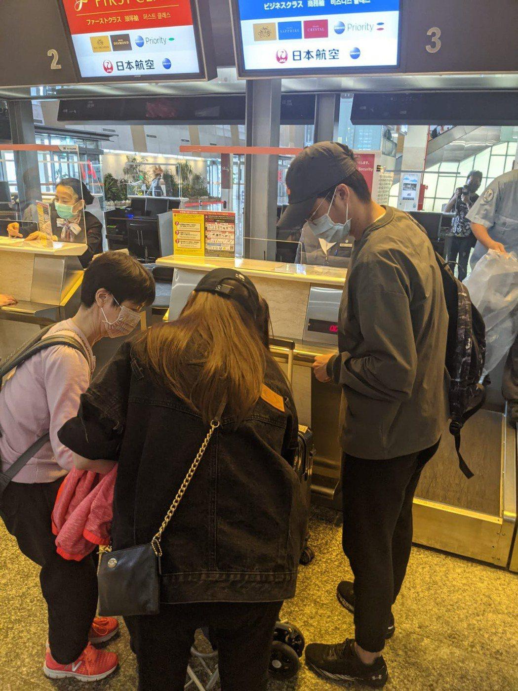 福原千代(左)今現身松山機場搭機返日,右為女婿江宏傑。圖/讀者提供