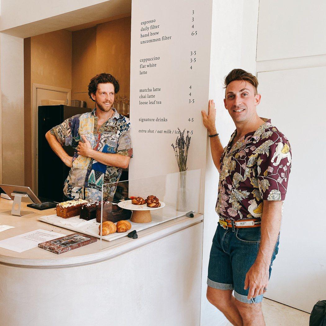 Alex推薦阿姆的咖啡館之一uncommon cafe,到訪那天老闆恰好和他都穿...