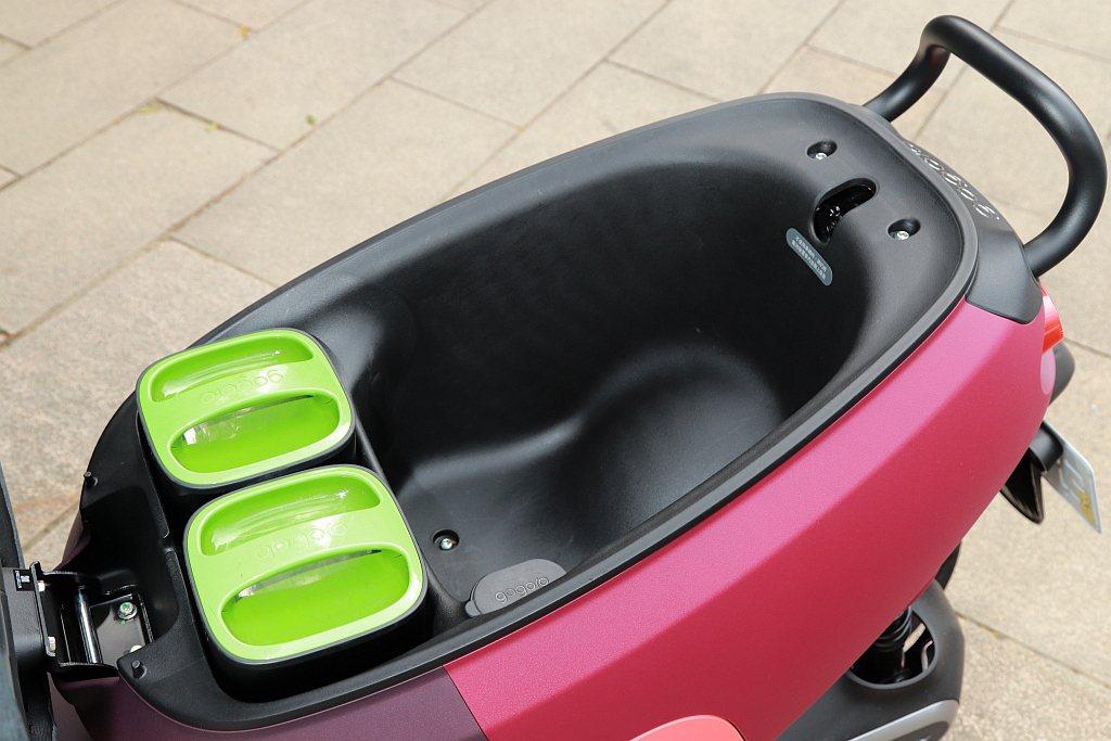 坐墊下擁有23.9L超大置物空間,兩人用車還是一起出遊都不是問題。 記者張振群/...