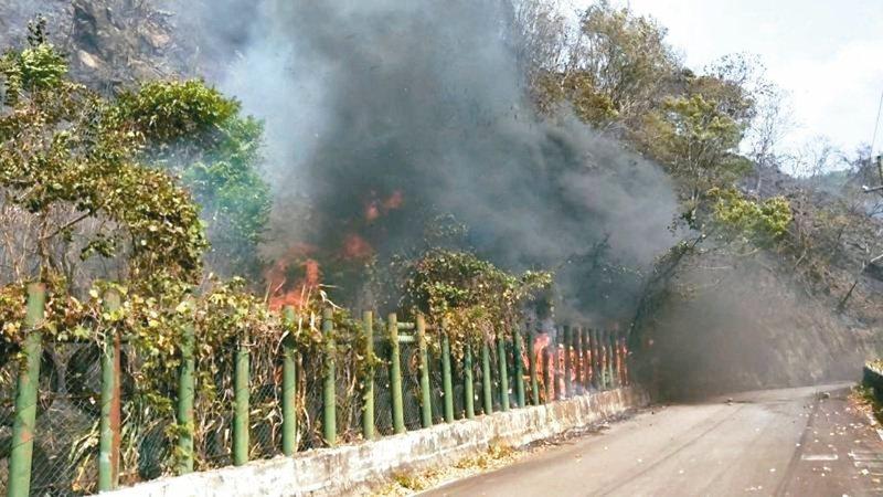 森林火勢延燒到新竹縣尖石鄉玉峰道路旁,造成交通受阻。記者巫鴻瑋/翻攝