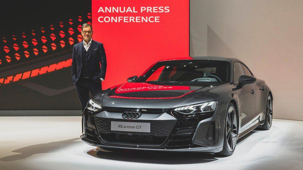 Audi CEO Markus Duesmann與RS e-tron GT。 摘...