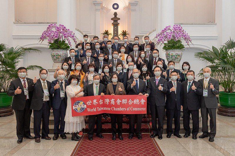 總統蔡英文與世總訪賓在總統府敝廳合影。 世界臺灣商會聯合總會/提供