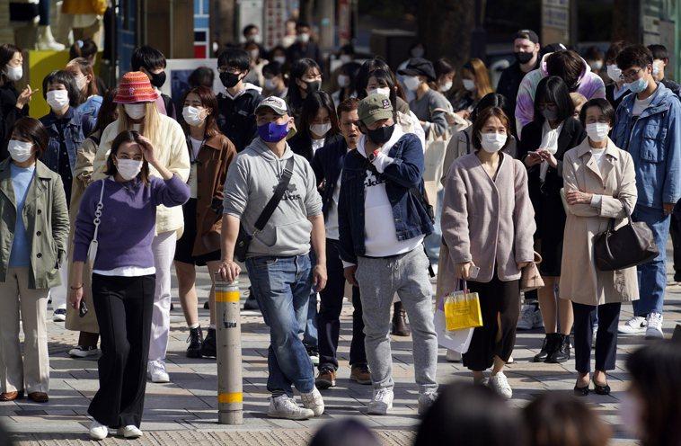 東京新冠肺炎疫情有復燃傾向,專家憂心疫情會因變種病毒株導致疫情急遽擴大,比第3波...