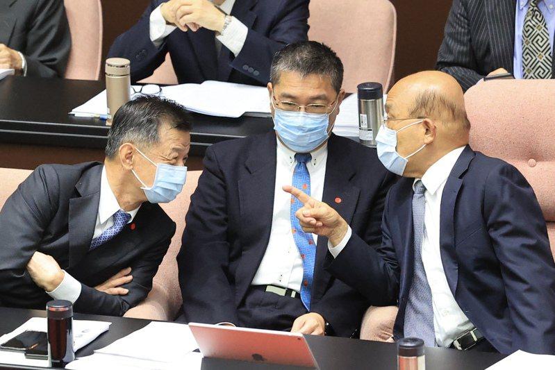 美中高層會談一開場就談到台灣,行政院長蘇貞昌(右)昨在立法院與內政部長徐國勇(中)、陸委會主委邱太三(左)不時交換意見。記者林伯東/攝影
