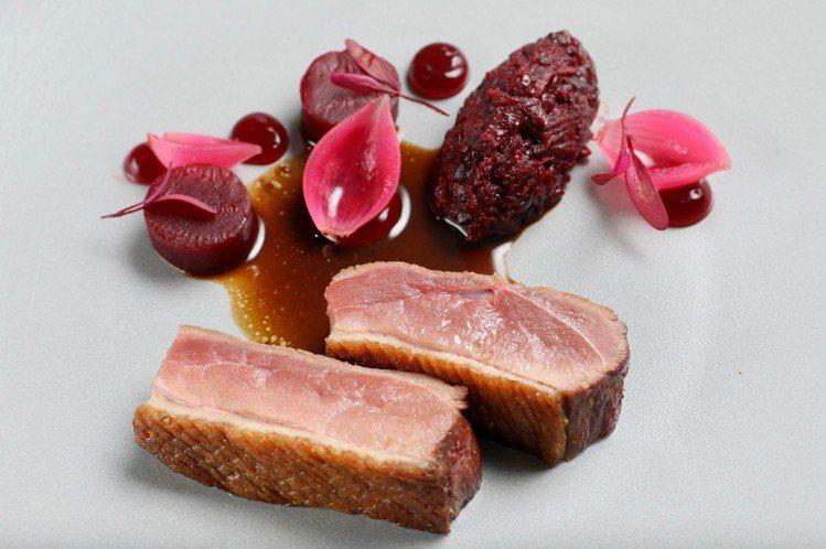 甜菜根、鴨胸、鴨原汁。 記者/李政龍攝影。