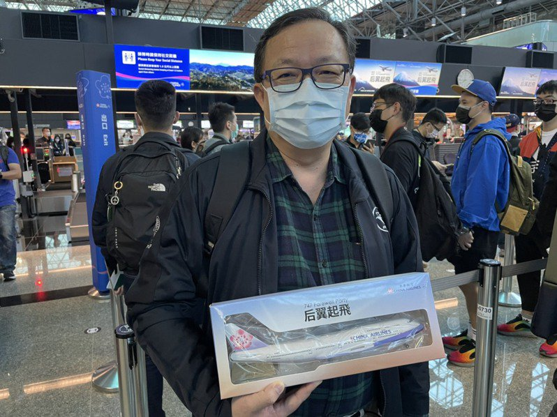Enthusiast expressed their sadness of seeing a long friend to be retired. ( Source: United Daily News, Taiwan)
