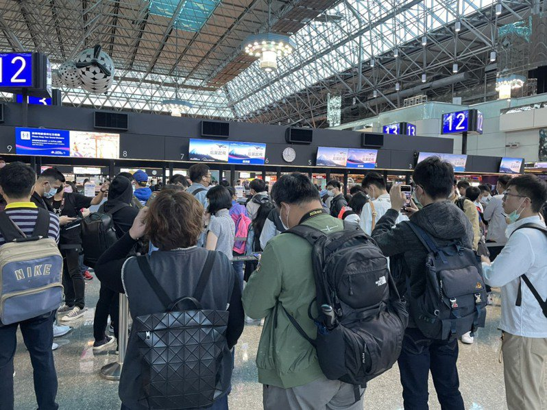 More than 350 enthusiast has been waiting at the terminal before the counter opens. ( Source: United Daily News, Taiwan)