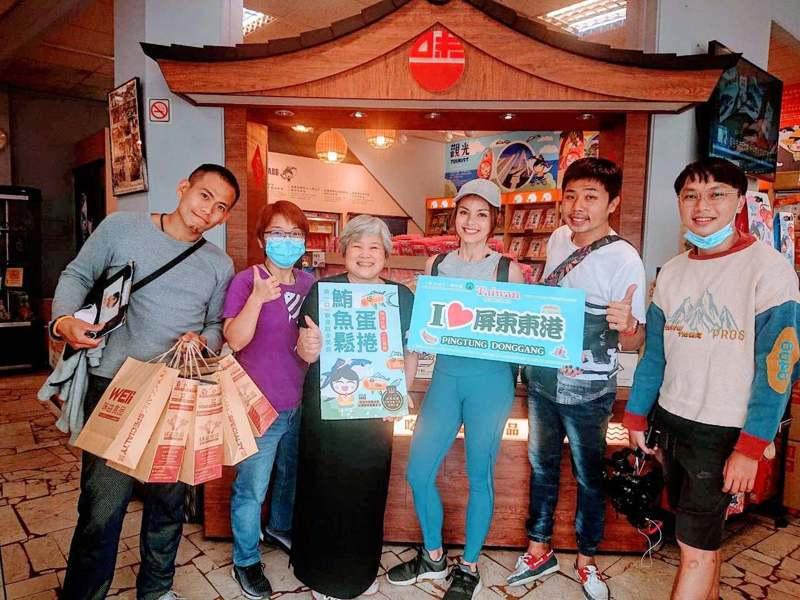 屏東縣東港鎮知名的味益鬆品伴手禮店,今天起至28日推出姓名中與「鮪」或「魚」同音的優惠活動。圖/味益提供