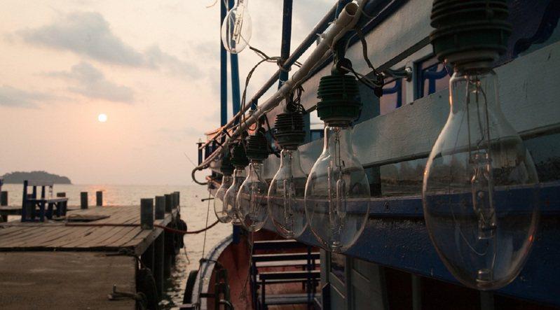 花火節期間,釣完小管還能直接在船上欣賞煙火,雙重體驗一次享受。圖/KLOOK提供