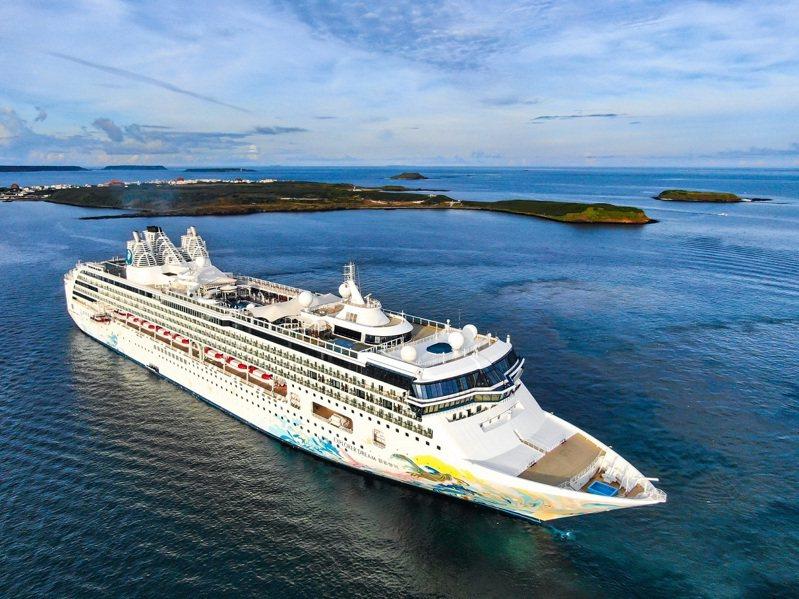 搭乘「探索夢號」從基隆港出發,多航線點可選擇,途經澎湖賞璀璨花火。圖/KLOOK提供
