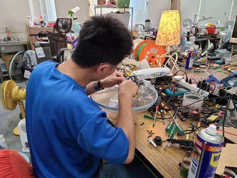 台中市清淨園區家電診所隊員劉彥宏說,維修舊款家電吹風機、電風扇時,因葉片規格多較難處理,且拆修時需用力旋轉螺絲組裝。圖/台中市環保局提供